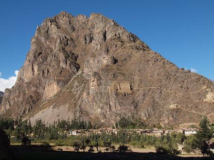 對面的山頭有縠倉之類的建築