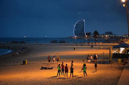 La #playa no para ni de #noche #beach #bcn #barcelona #igersbcn #hotelw #hotelvela #hotelwow #mar #s