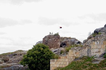Der Bergfried und umgebende Ruinen