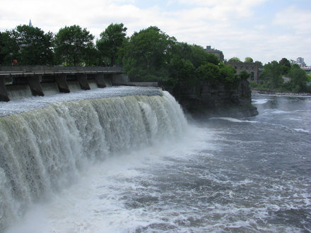A photograph of Rideau Falls in New Edinburgh / Une photo des chutes Rideau à New Edinburgh