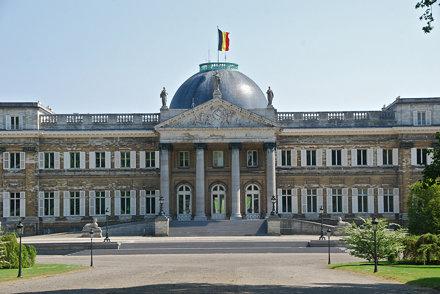 La façade principale du château de Laken
