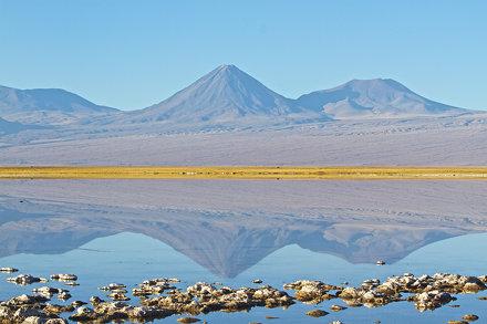 Reflejo en Laguna Tebinquiche del Volcán Licancabur.