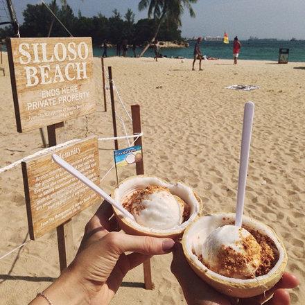 Мороженое подают в молодом кокосе с орешками #singapore #travel #traveling #sentosa #sun #sentosa #с