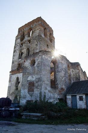 Оборонний домініканський монастир і його потужна башта-дзвіниця