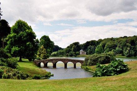 Le pont palladien, parc de Stourhead House, Wiltshire, Angleterre.
