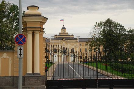 DSC_8052 Konstantynovsky paleis vanuit rijdende bus.jpg