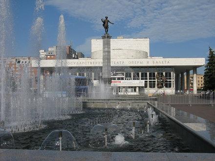 Театральная площадь с фонтанами. Театр оперы и балета (ул.Перенсона, 2), открыт в 1978 к 350-летию г