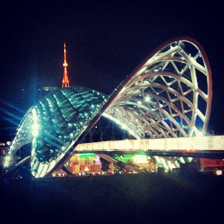 Лондонский миллениум-бридж отдыхает #Georgia #sakartvelo #Tbilisi #travel #bridge