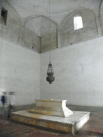 Agra 91 - Akbar's tomb interior
