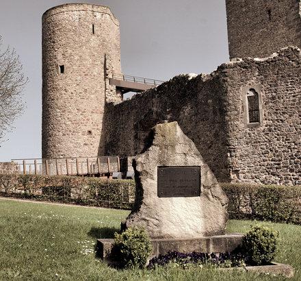 Devant le Château d'Useldange