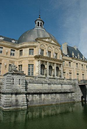 2010.08.22.167 VAUX-le-VICOMTE - Terrasse et les douves et façade coté jardin