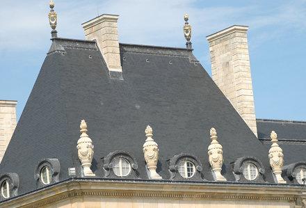 2010.08.22.187 VAUX-le-VICOMTE - Toiture et pots de feu