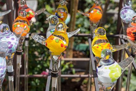 Bunte Glasvogel aus Glasstäben auf einem Verkaufsständer