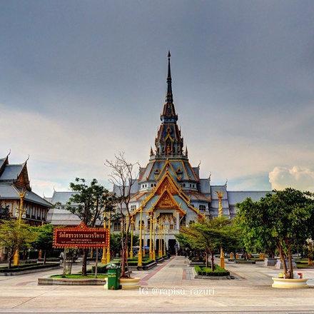 ワット・ロン・クンも好きだけど、やっぱりシャシュンサオが1番好きです‼︎(≧∇≦) ⭐︎ タイのIGユーザさんが、このお寺見下ろすようなアングルで撮っているんだけど、周辺に高い建物も、小高い丘も無いん