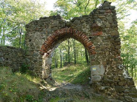 Brama zamku dolnego Nowy Dwór na Zamkowej Górze w Górach Wałbrzyskich