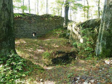 Zagłębienie w ruinach zamku górnego Nowy Dwór na Zamkowej Górze w Górach Wałbrzyskich
