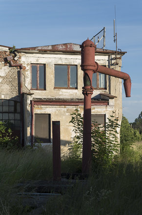 Water crane at the abandoned Ełk locomotive depot, 20.06.2017.