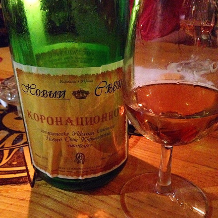 Вот это шампанское стоит 4,8 тыс рублей. В салонах есть. Дегустируем :)