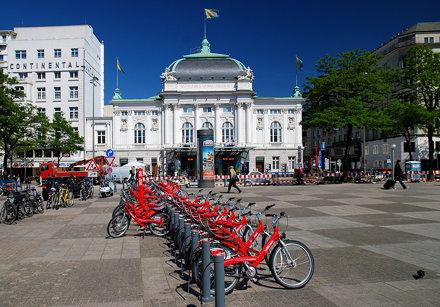 Hamburg Deutsches Schauspielhaus mit Leihrädern